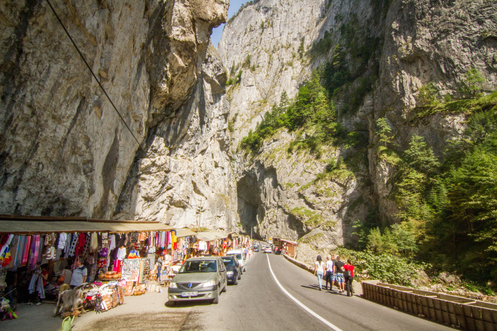 Bicaz Canyon Vendors and Traffic