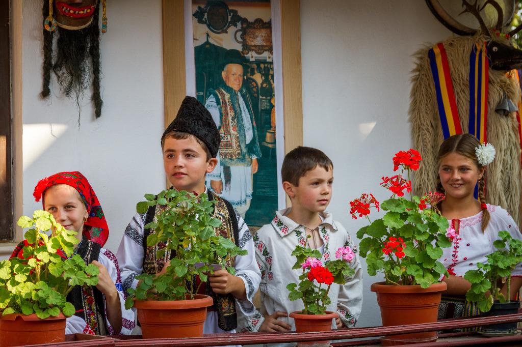 Children singin traditional Romanian Folk songs