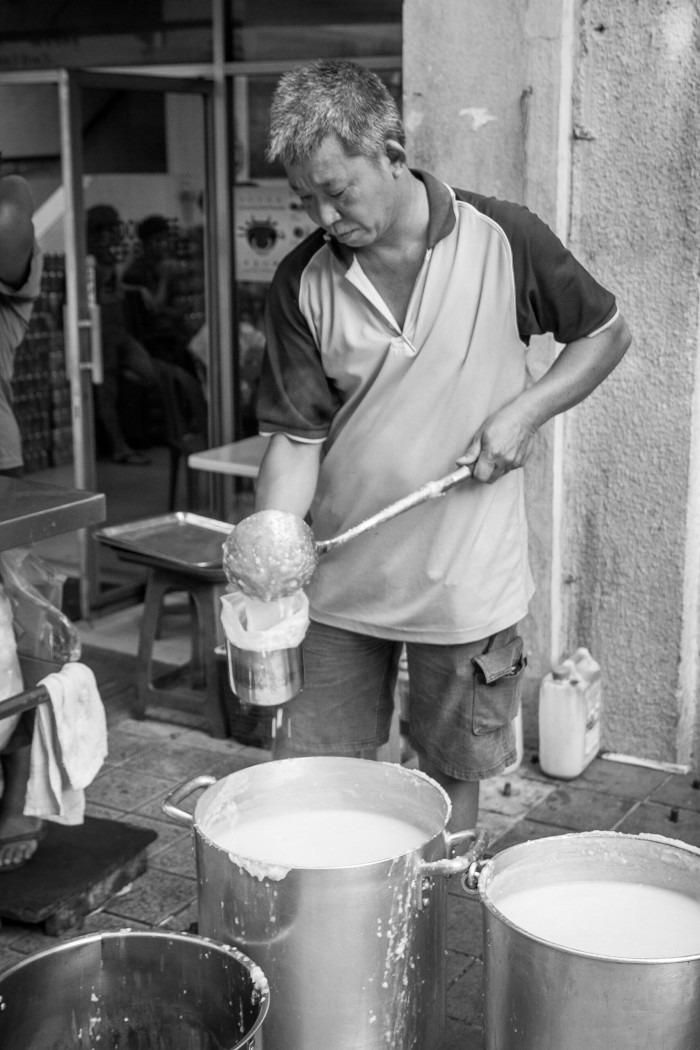 Outside Restoran Soong Kee man making Congee